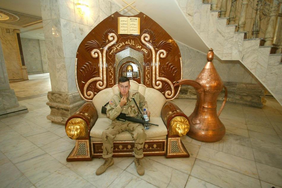 Солдат Армии США в кресле во дворце Радваниях, принадлежавшем Саддаму Хусейну, 25 июня 2003 года.