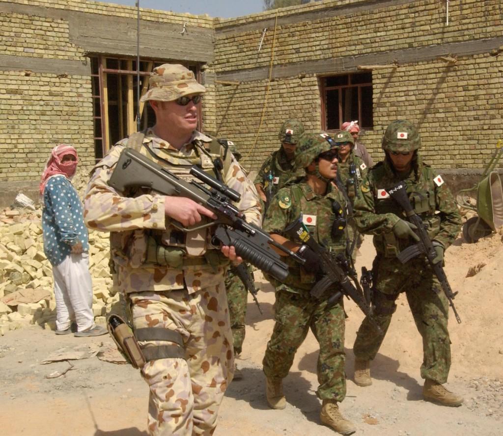 Солдат СОА, 12-го Среднего полка (Medium Regiment), обеспечивает защиту членам японской Группы реконструкции в As Samawah. Май 2005