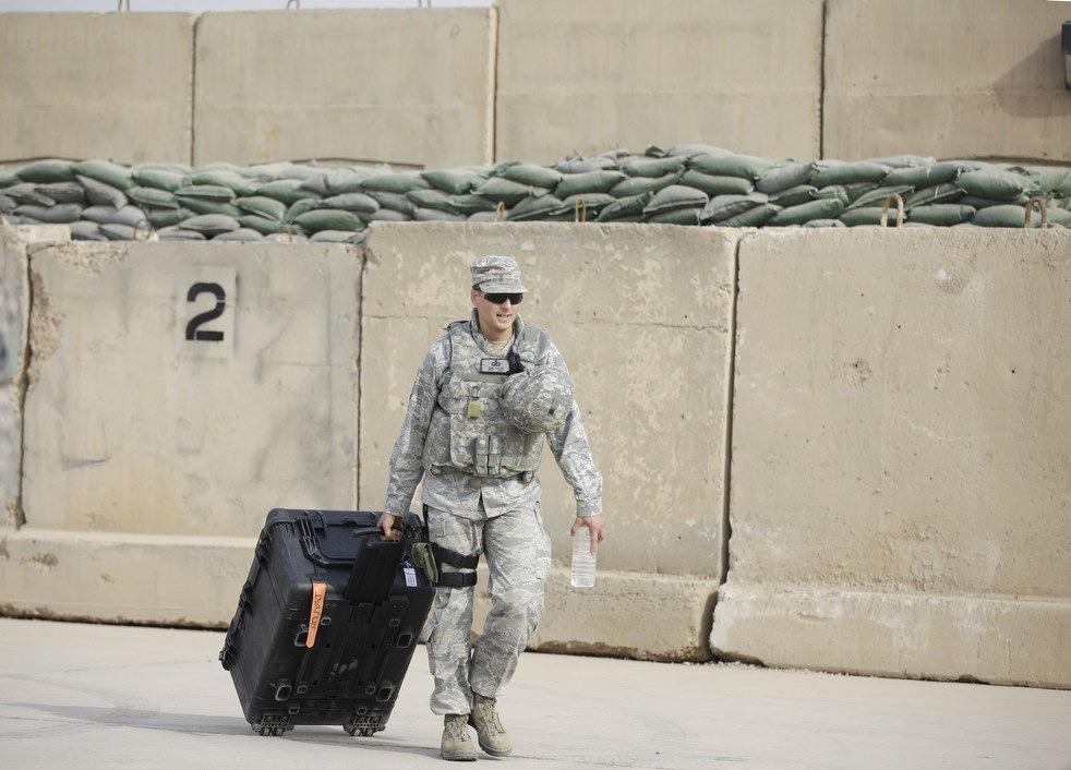 Солдат армии Соединенных Штатов Америки начинает долгий путь домой