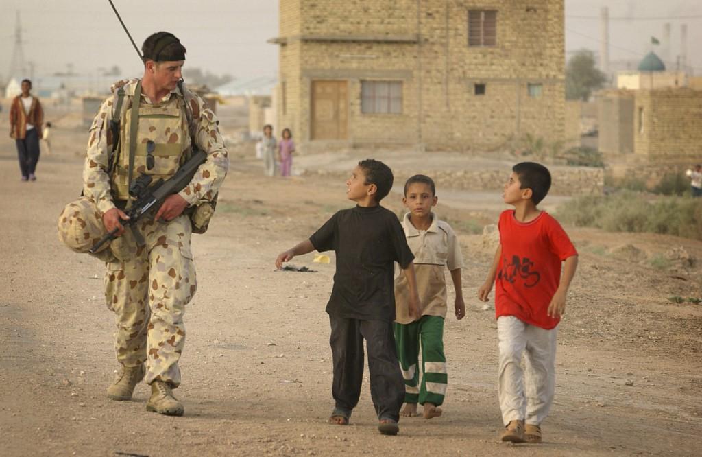 Солдат RAR СОА в патруле у деревни As Samawah, 20 мая 2005г.