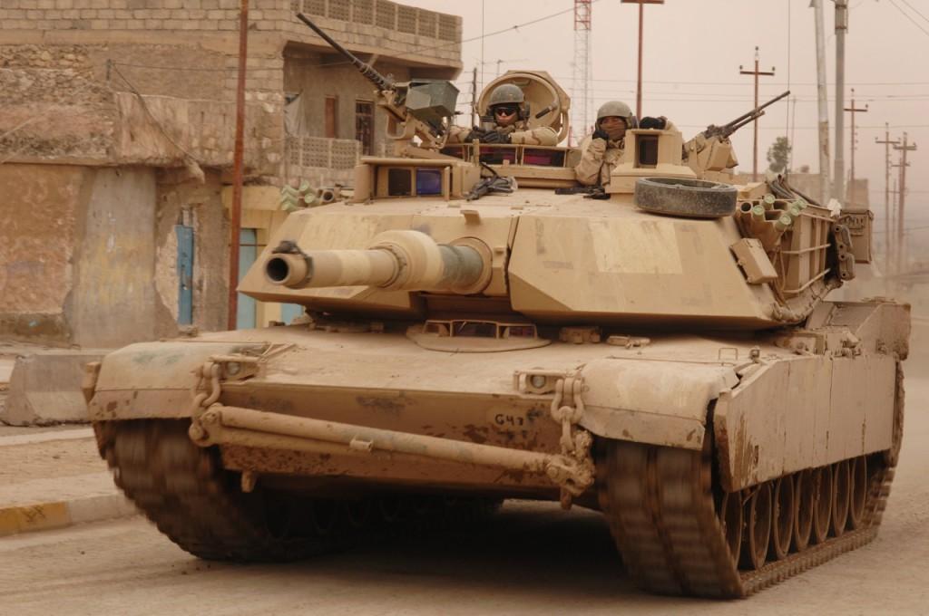 Танк M1 Abrams во время боевого патрулирования в Телль-Афар, Ирак, 2 февраля 2006 года.