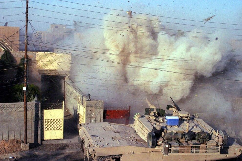 Танк M1A1 Abrams ведет огонь после того, как американские морские пехотинцы попали под атаку в Эль-Фаллудже, 16 декабря 2004 года.