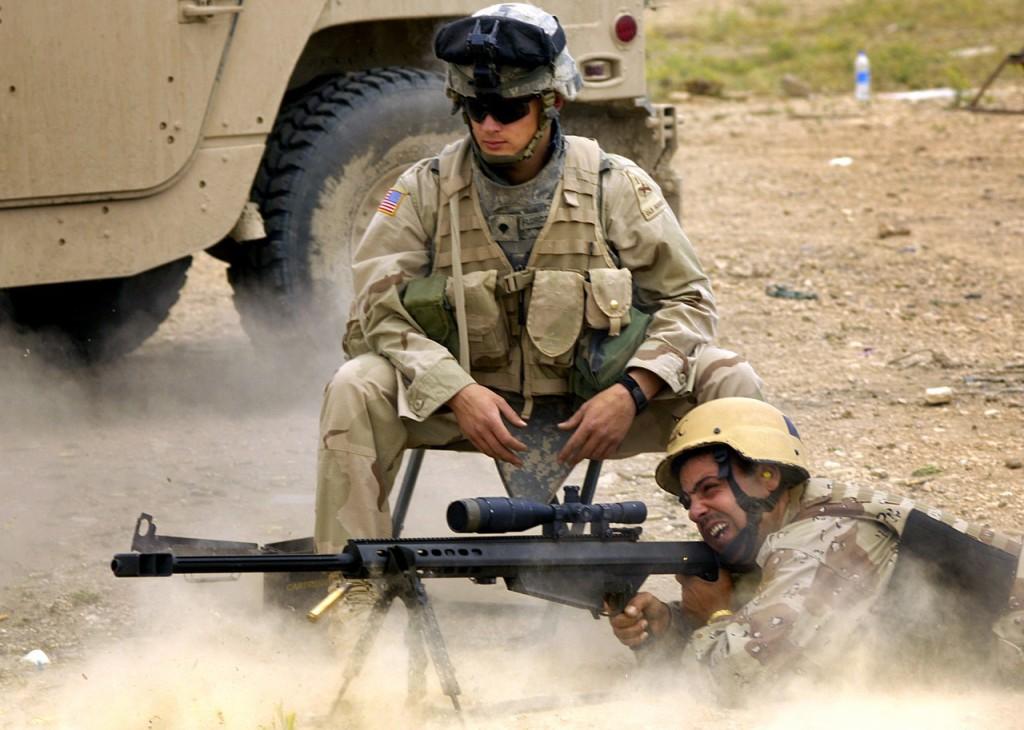 Тренировка иракских солдат стрельбе из снайперской винтовки Баррет М-107 в Телль-Афар, Ирак, 18 мая 2006 года.