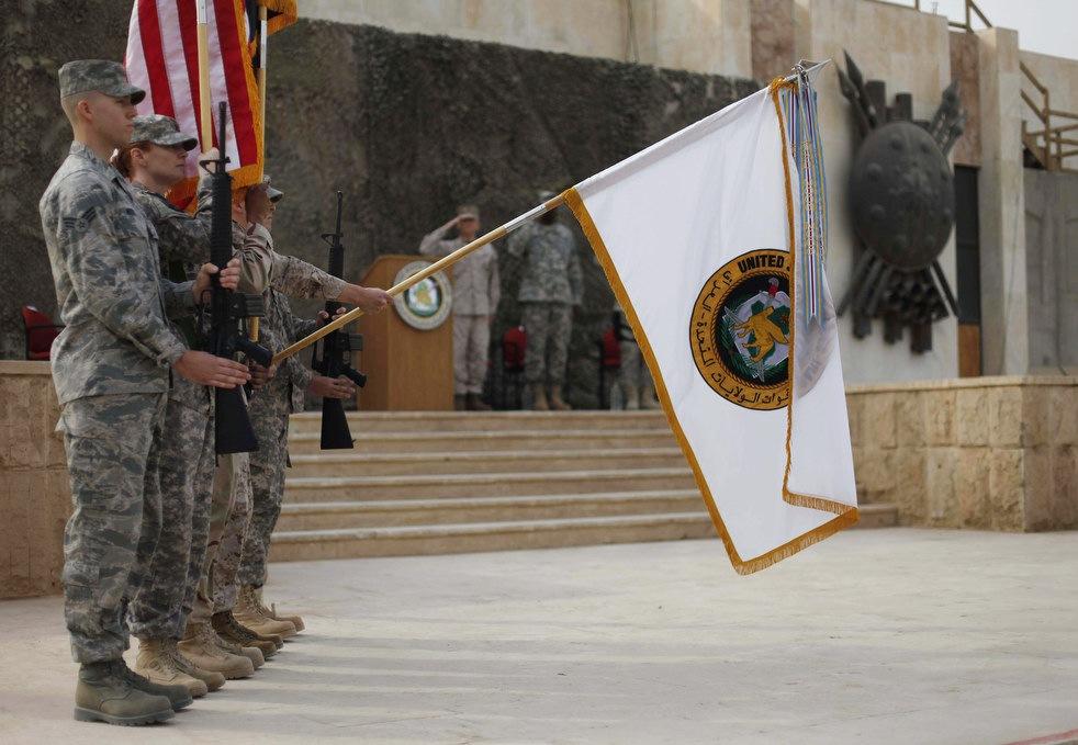 Флаг, используемый американскими силами в Ираке, опускают во время торжественной церемонии в Багдаде, Ирак, 15декабря, 2011 года.