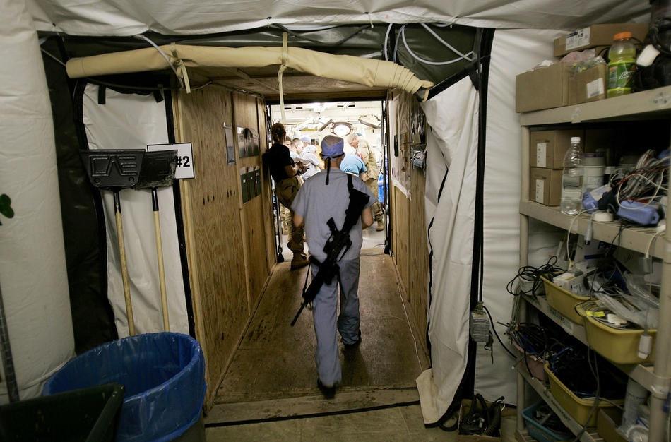 Ханс Баккен, нейрохирург армии США, входит в хирургическое отделение 16 марта 2006 в Баладе.