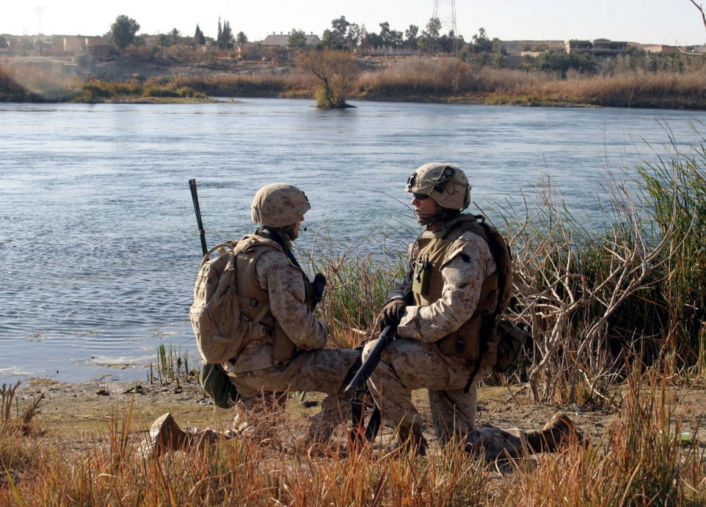 во время патрулирования русла реки в Barwana, Ирак, 15 января 2006 года.
