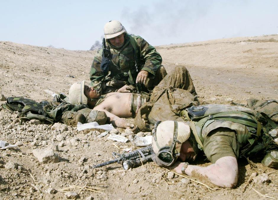заботиться о раненом, другой прижался к земле, будучи скованным интенсивным огнем противника 23 марта 2003 г