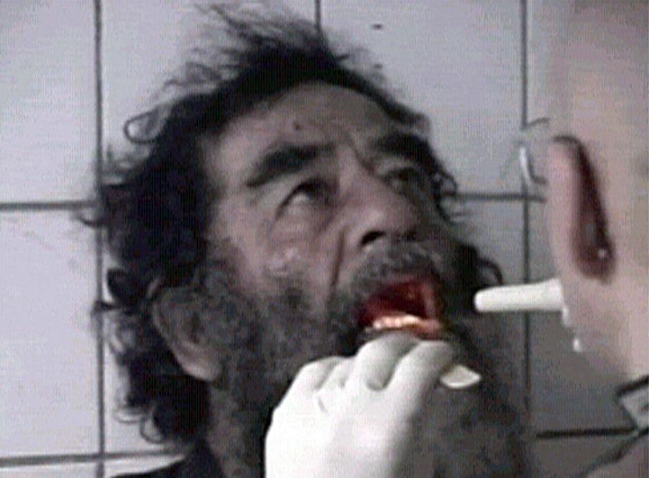 Стоп-кадр из видео, снятого сразу после захвата Саддама Хусейна, 14 декабря 2003 года.