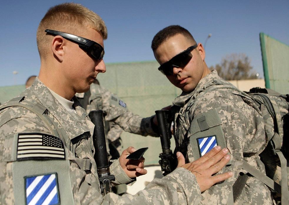 наклеить нашивку третьего пехотного дивизиона перед отправлением домой.