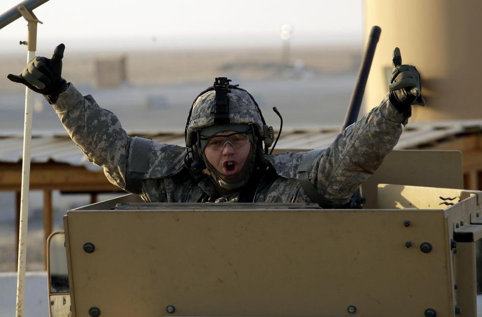 солдат, пересекающий границу Ирака с Кувейтом, 18 декабря 2011 г.