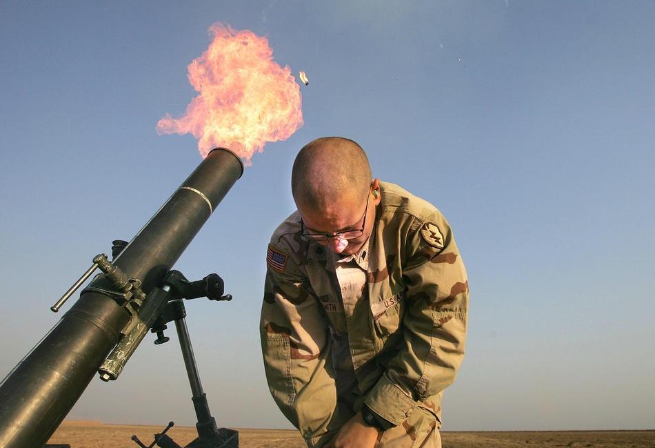 стреляет из 120-мм миномета, 17 января 2005 на краю авиабазы США в Таль-Афар.