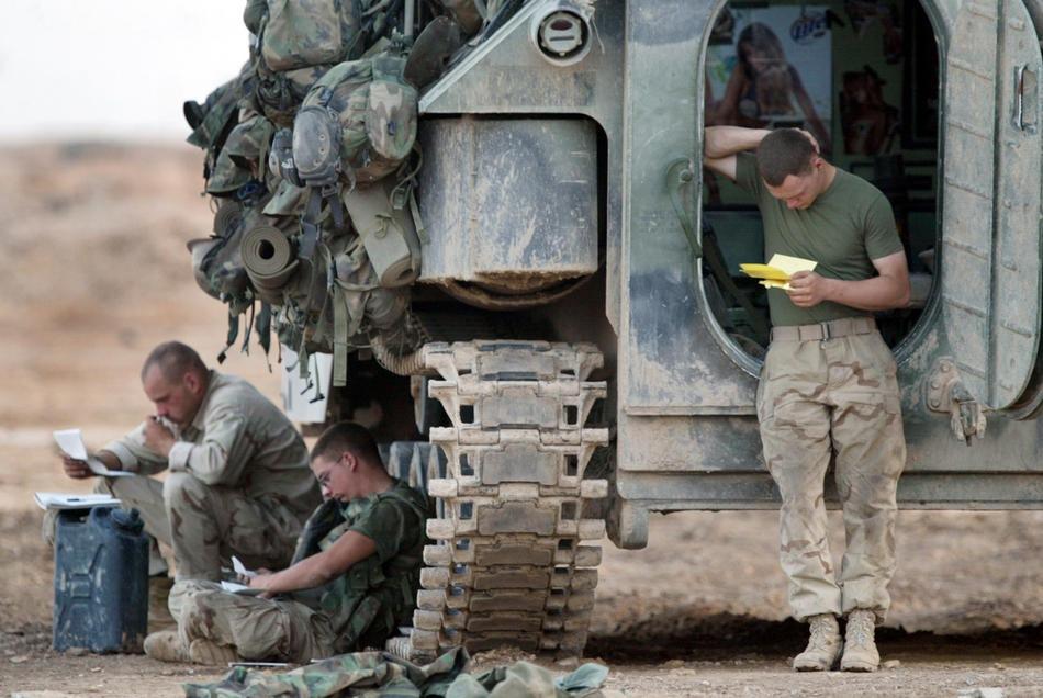 читают письма из дома, 14 апреля 2003 в окрестностях Эль-Кут.