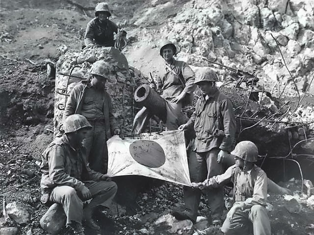 Captured_Japanese_flag_on_Iwo_Jima