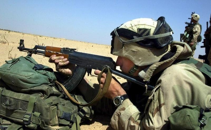 американский солдат с АКС