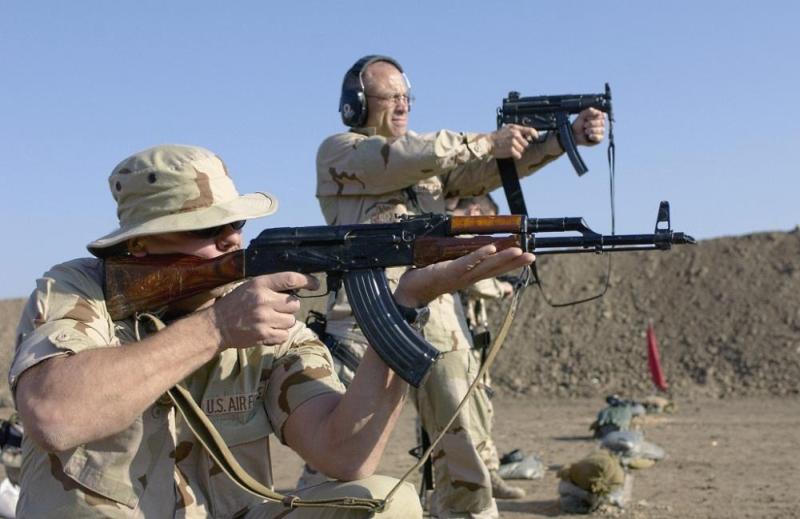 военнослужащий ВВС США с АКМ