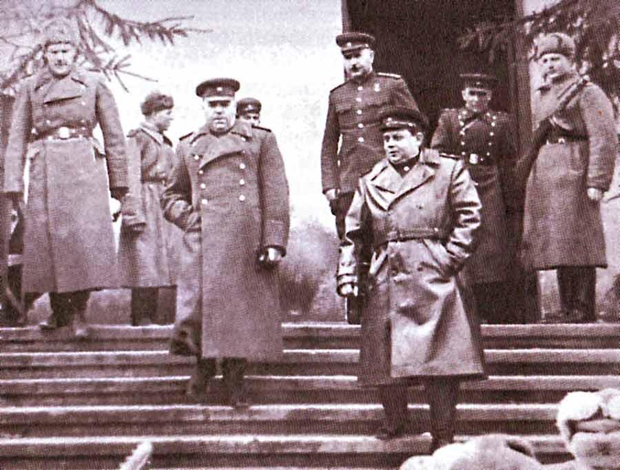 Маршал А. Василевский и генерал армии И. Баграмян на командном пункте 43-й армии