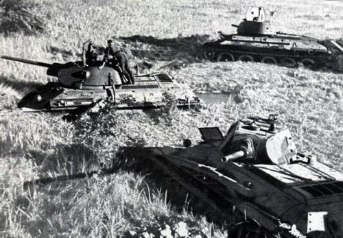 Немцы осматривают советские танки Т-34-76 завязшие на заливном лугу. Пойма реки Друть, под Толочином, Витебская область. Время съемки июль 1941