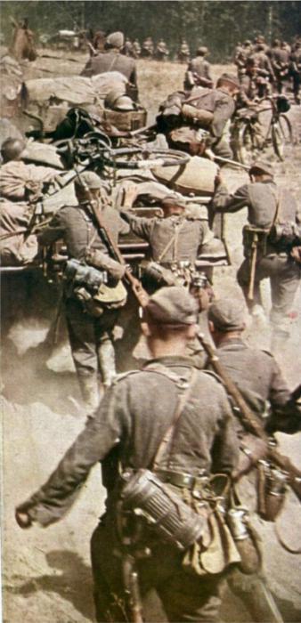 Немцы на марше в начале вторжения в СССР. Время съемки июнь 1941