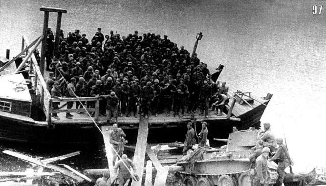 Немецких пленных переправляют в тыл через Березину на пароме. Начало июля.