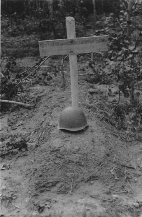 Могила советского солдата. Надпись на табличке по-немецки гласит Здесь покоится неизвестный русский солдат