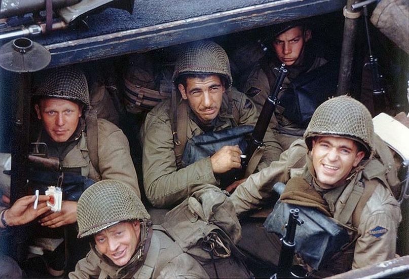 Американские военнослужащие на борту корабля ждут приказа к отправлению из английского порта к берегам Нормандии