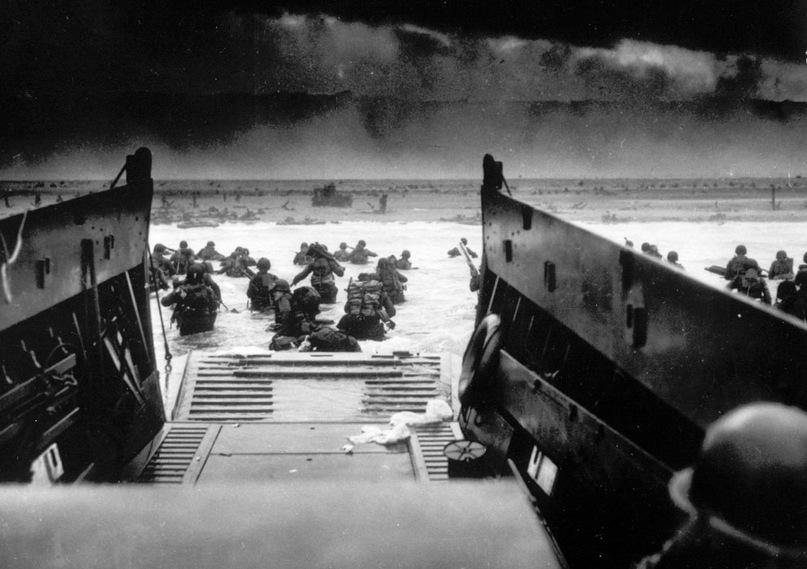 Американские солдаты осуществляют высадку с десантного судна Береговой охраны США под вражеским огнем