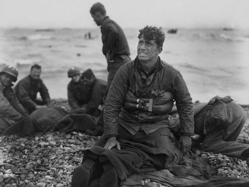 Американские солдаты пытаются реанимировать погибших товарищей на пляже Омаха после операции Нептун