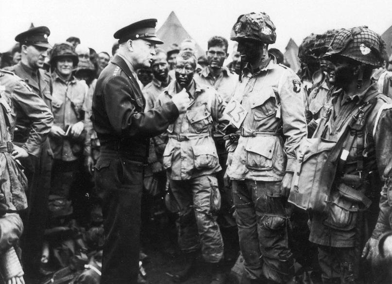 Генерал Дуайт Д. Эйзенхауэр отдает десантникам приказ перед посадкой на самолеты в Англии