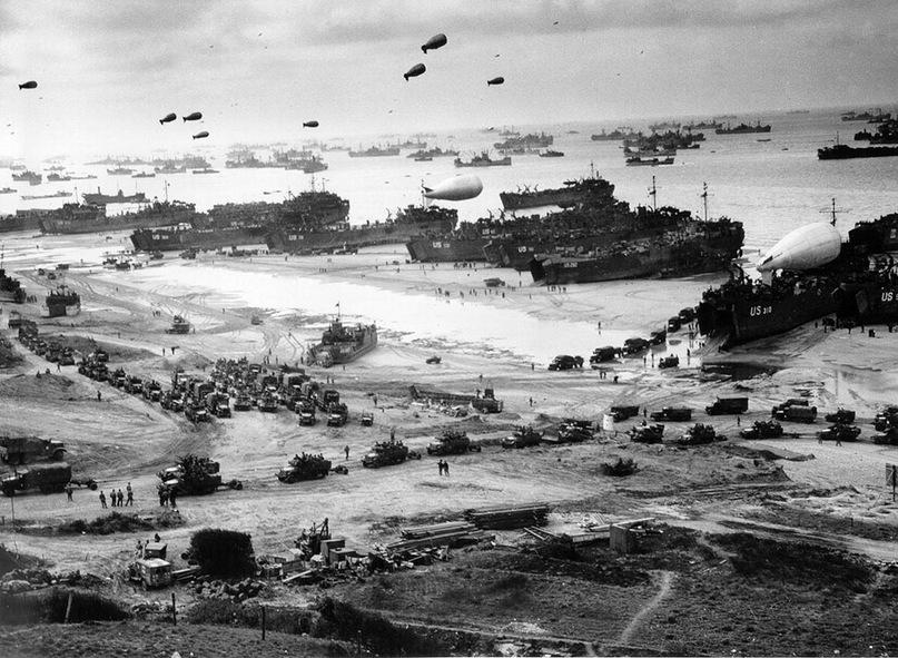Союзные войска выгружают снаряжение и продовольствие на пляже Омаха в Нормандии