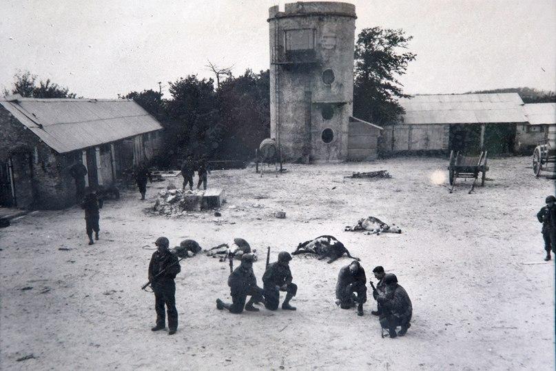 6 июня 1944 года. солдаты США обсуждают план боя на фермерском дворе близ пляжа Юта