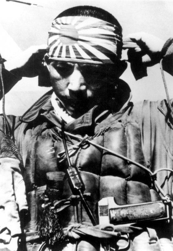Пилот-камикадзе повязывает хатимаки
