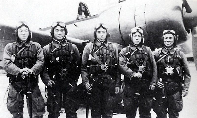 Японские пилоты-камикадзе перед боевым вылетом