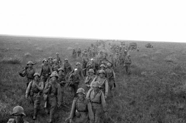 Передвижение советской пехоты по степям Маньчжурии.