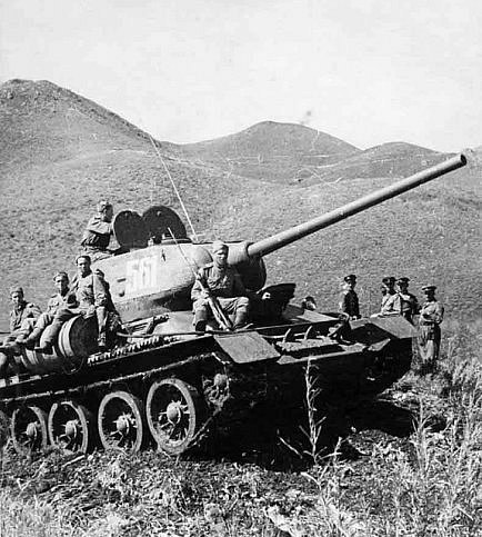 Танкисты преодолевают хребет Большой Хинган. Маньчжурия, август 1945