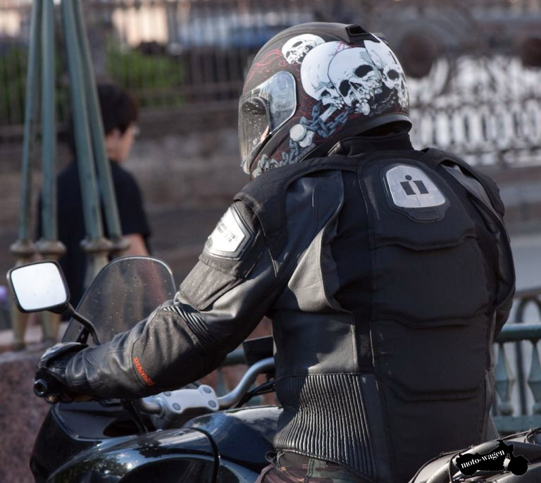 Mototsiklist-v-shleme
