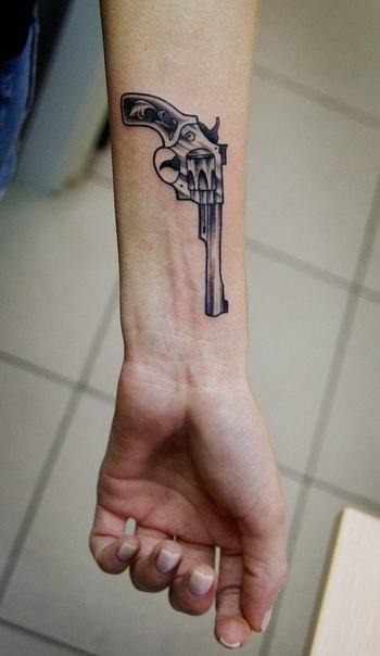 Что означает тату пистолета на руке