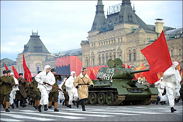 участники торжественного марша, посвященного историческому параду 7 ноября 1941 года на красной площади