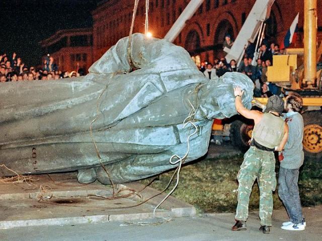 Демонтаж памятника Ф. Дзержинскому на Лубянке