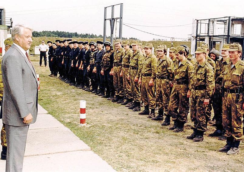 Президент Ельцин перед строем сотрудников Альфы