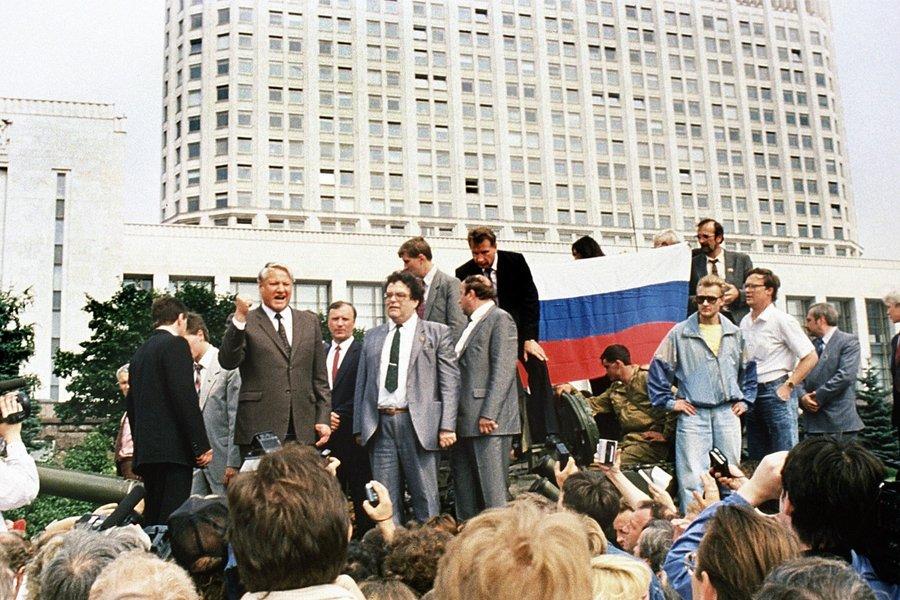 Президент России Борис Ельцин обращается к народу с танка