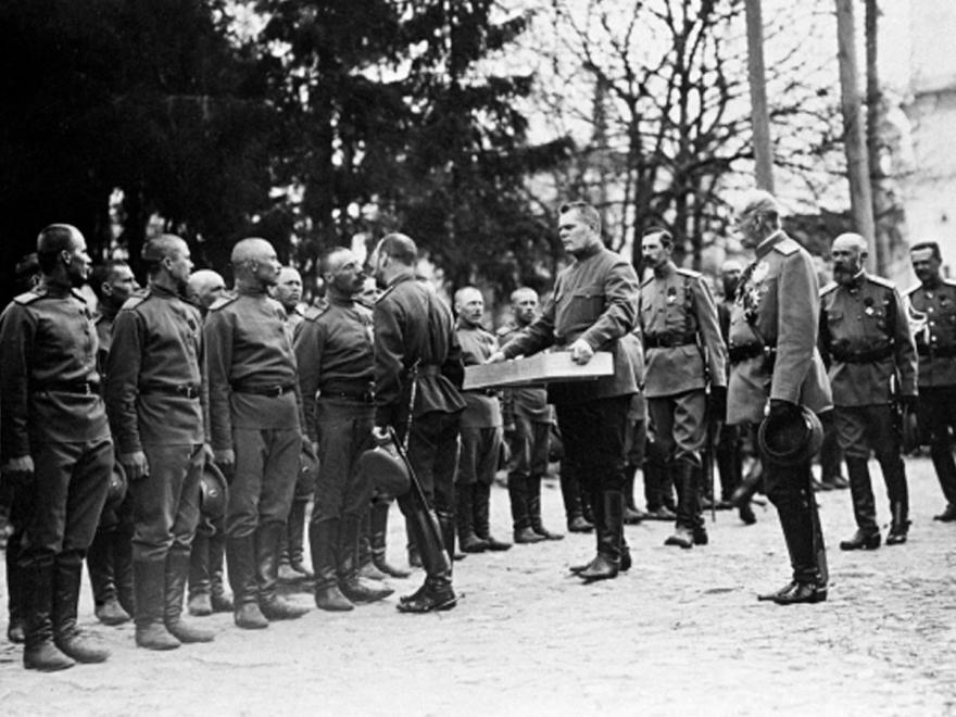 Император Николай II христосуется с нижними чинами