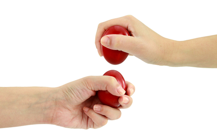 с крашенными яйцами в руках устраивали бои