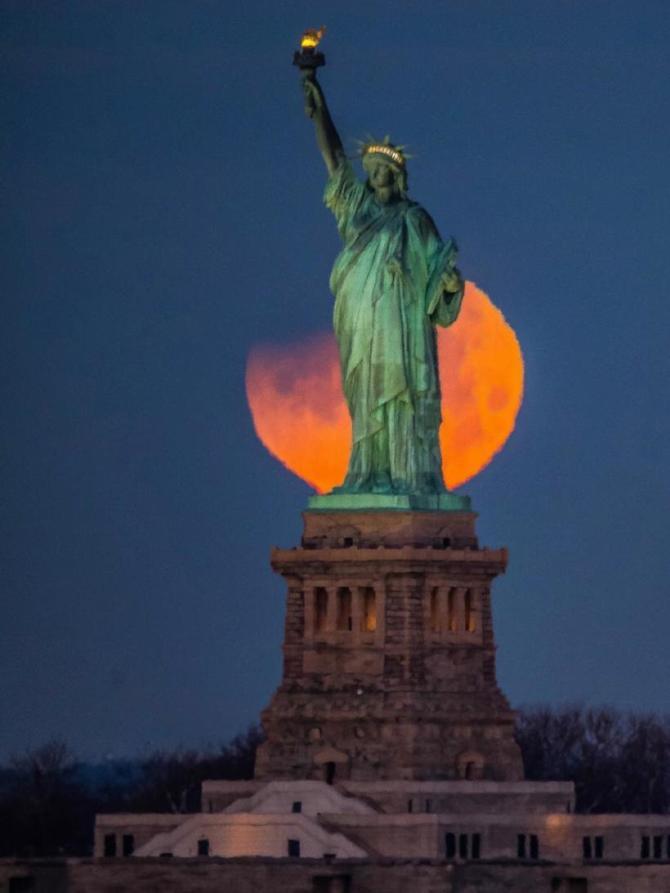 впечатляющие фото лунного затмения 31 января 2018 года