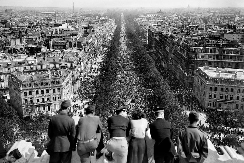 Париж, Елисейские поля, 8 мая 1945