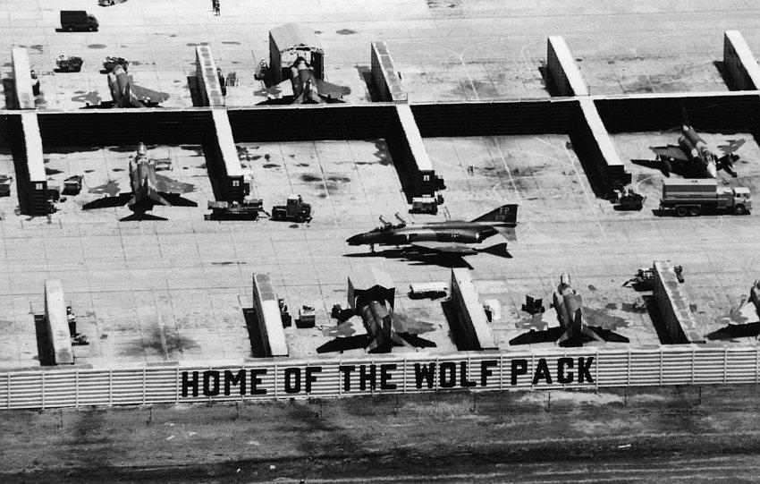 Истребители McDonnell F-4D Phantom II из состава 8-го тактического истребительного крыла ВВС США в капонирах на авиабазе Удон в Таиланде, 1967